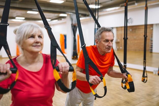 Pareja jubilada entrenando