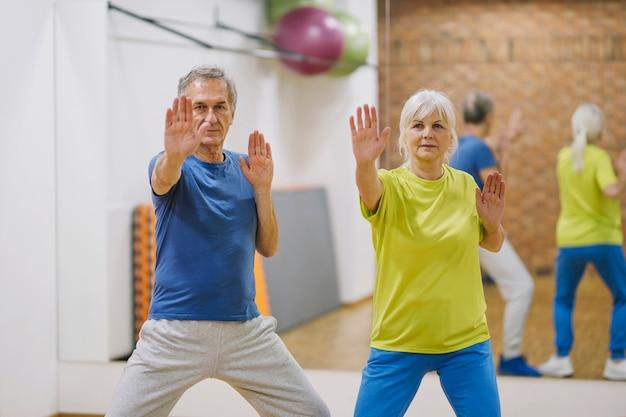 Pareja jubilada haciendo ejercicios