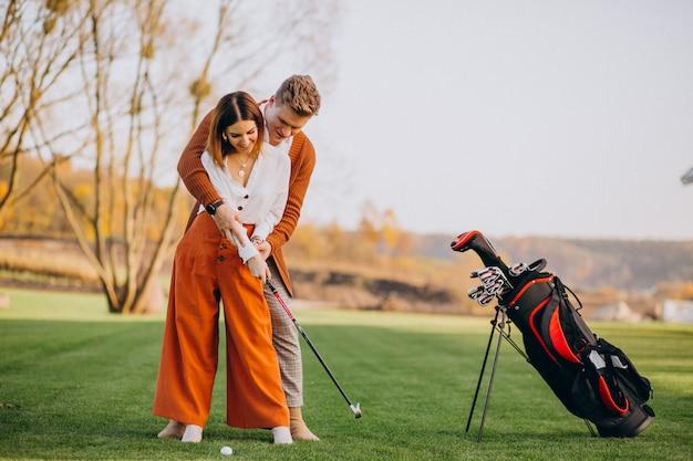 Pareja jugando al golf juntos