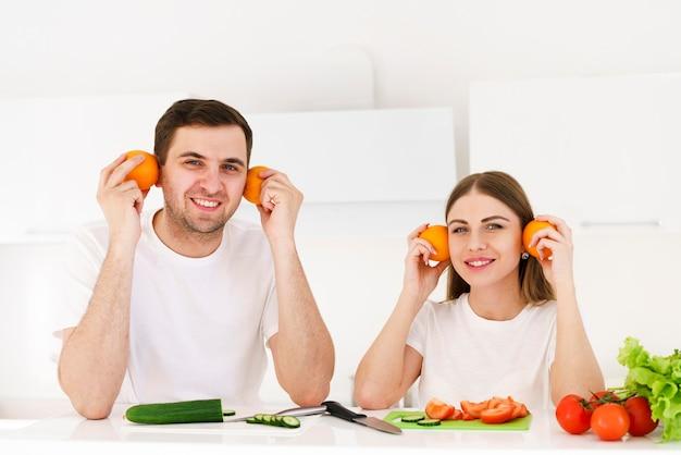 Pareja jugando con frutas