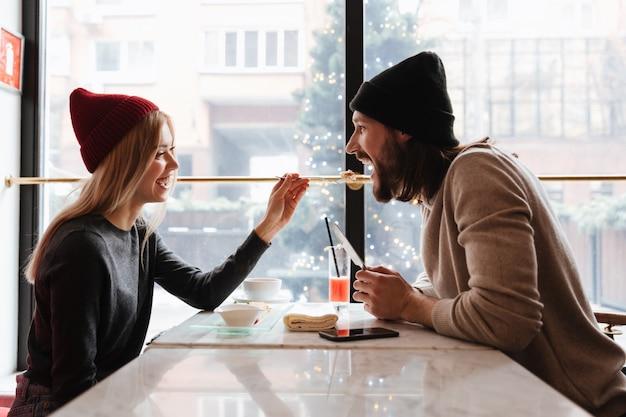 Pareja junto a la mesa en la cafetería