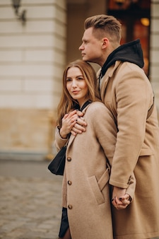 Pareja juntos caminando en la calle el día de san valentín