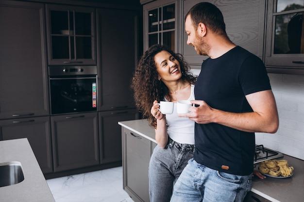 Pareja juntos en la cocina tomando café