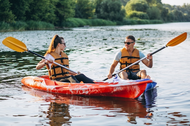 Pareja juntos en kayak en el río