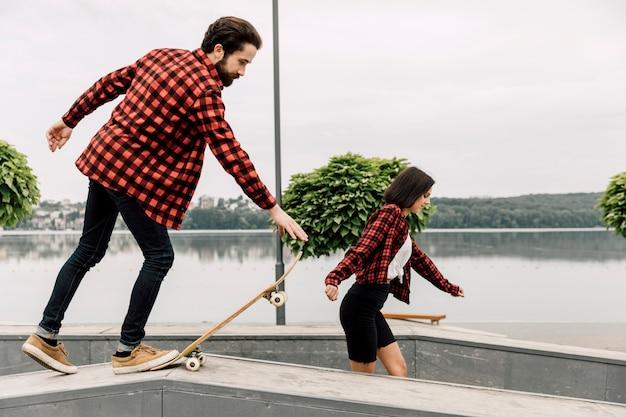 Pareja juntos en el skate park