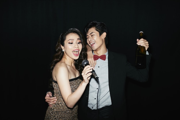 Pareja en karaoker