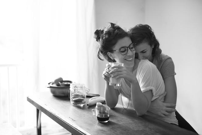 Pareja lesbiana juntos en el interior concepto