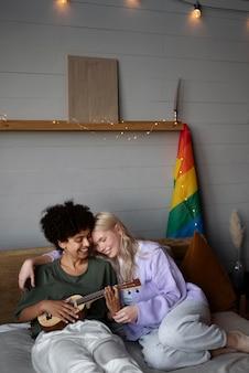Pareja de lesbianas con bandera arcoiris