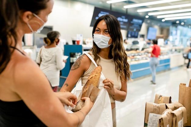 Pareja de lesbianas comprando pan, supermercado compras imagen hd