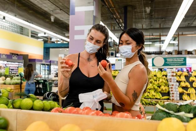 Pareja de lesbianas de compras en un supermercado