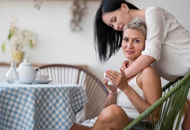 Pareja de lesbianas disfrutando de una taza de café