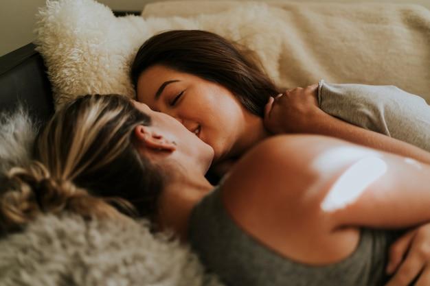 Pareja de lesbianas juntas en la cama