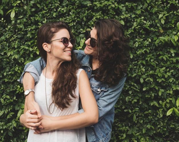 Pareja de lesbianas juntos al aire libre concepto