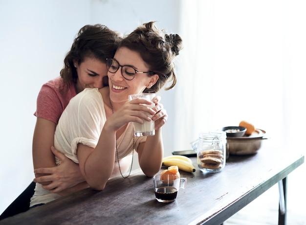 Pareja de lesbianas pasando un fin de semana juntas
