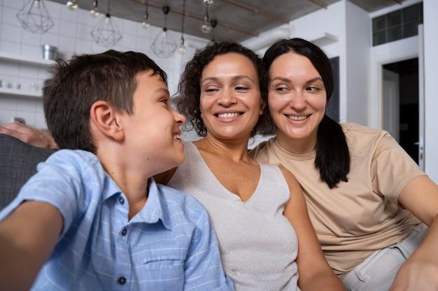 Pareja de lesbianas con su hijo tomando un selfie