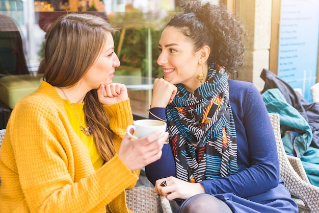 Pareja de lesbianas tomando un café en un café