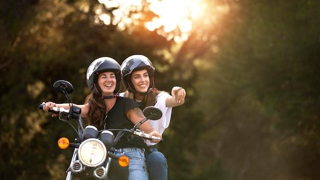 Pareja de lesbianas en un viaje por carretera en moto