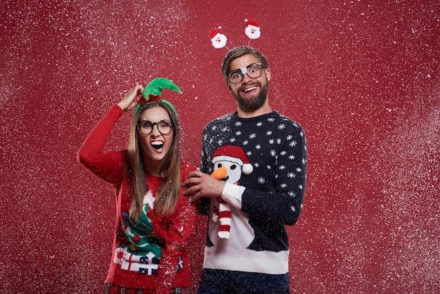 Pareja loca con divertidos cardigans navideños
