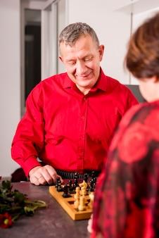 Pareja madura jugando al ajedrez