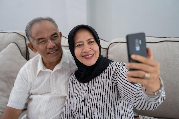 Pareja madura tomando selfie con smartphone