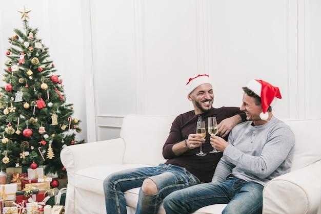 Pareja masculina gay celebrando chritsmas en casa