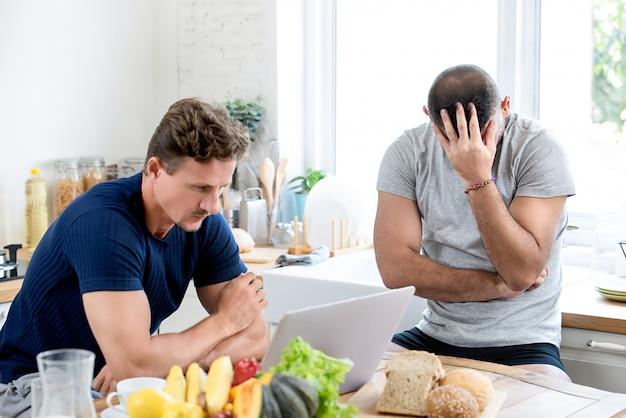 Pareja masculina gay estar enojado entre sí