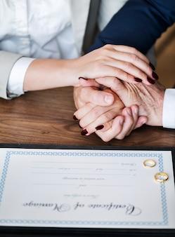 Pareja mayor casada con certificado de matrimonio