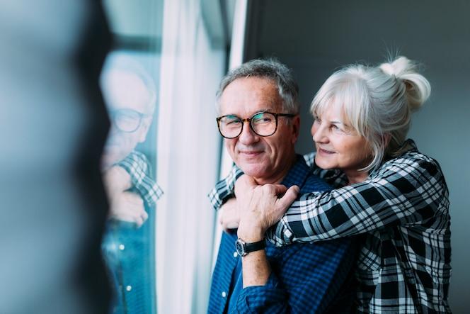 Pareja mayor feliz en casa de ancianos