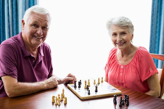 Pareja mayor, jugar al ajedrez