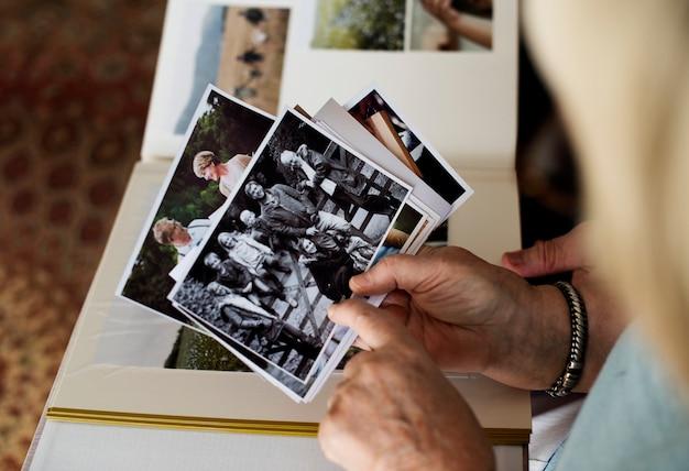Pareja mayor mirando el álbum de fotos de familia