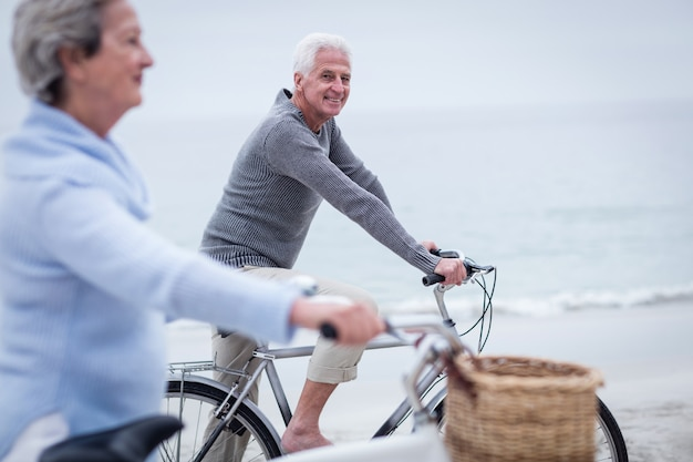 Pareja mayor, tener paseo, con, el suyo, bicicleta