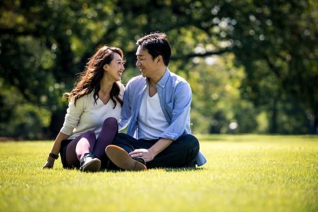 Pareja de mediana edad pasar tiempo juntos en tokio en un soleado día de otoño