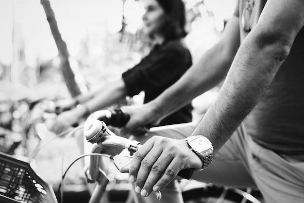 Pareja montando bicicleta juntos en la selva