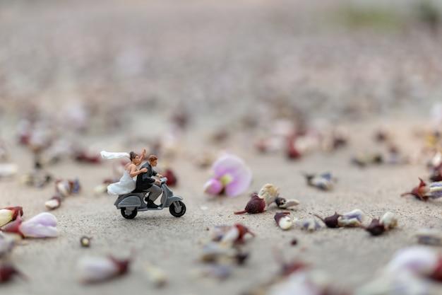 Pareja montando la moto en el jardín