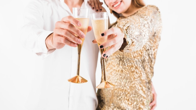 Pareja mostrando copas llenas de champagne