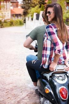 Pareja en moto en la ciudad