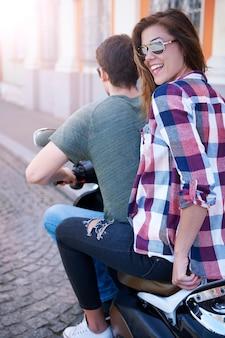 Pareja en motocicleta en la ciudad