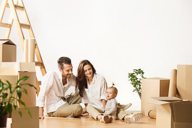 Pareja mudándose a una nueva casa: las personas casadas felices compran un nuevo departamento para comenzar una nueva vida juntos