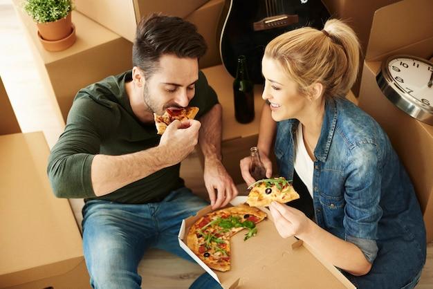 Pareja, mudanza, comida, pizza