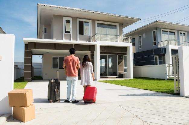 Pareja de mudarse a una casa nueva