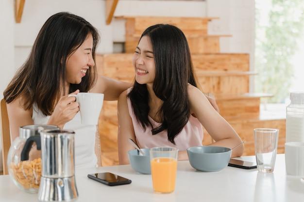 Pareja de mujeres lgbtq lesbianas asiáticas desayuna en casa