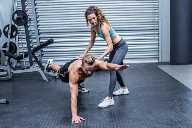 Pareja muscular haciendo ejercicios abdominales