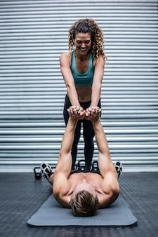 Pareja muscular haciendo ejercicios básicos