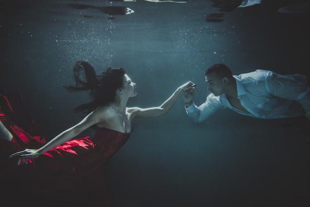 Pareja nadando bajo el agua