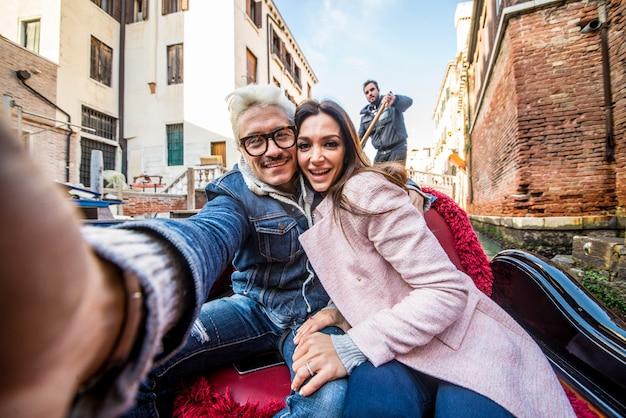 Pareja navegando en góndola veneciana