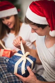 Pareja de navidad abriendo regalos