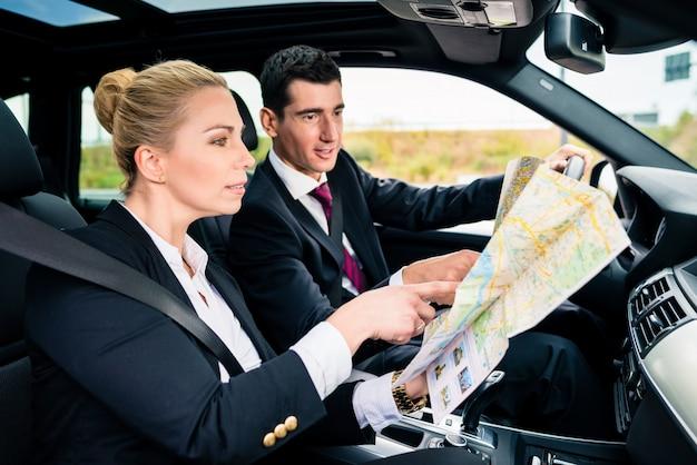 Pareja de negocios en auto viajando