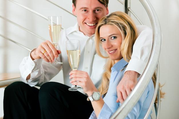 Pareja de negocios en casa con champán