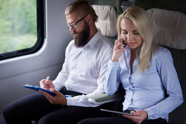 Pareja de negocios viajando en tren