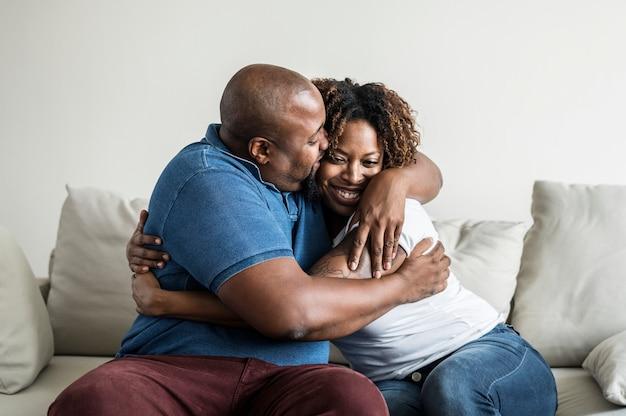 Una pareja negra alegre
